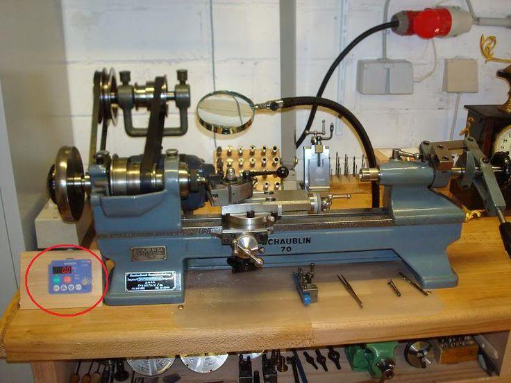 Hallo Freunde der Uhrmacherei, nun hat endlich alles zusammengefunden und der neue Motor ist jetzt  bei mir richtig in Betrieb.     Von einem befreundeten Uhrmacher habe ich mir eine Motorhalterung  gekauft , mit dieser kann ich den Riemen nach beliben…