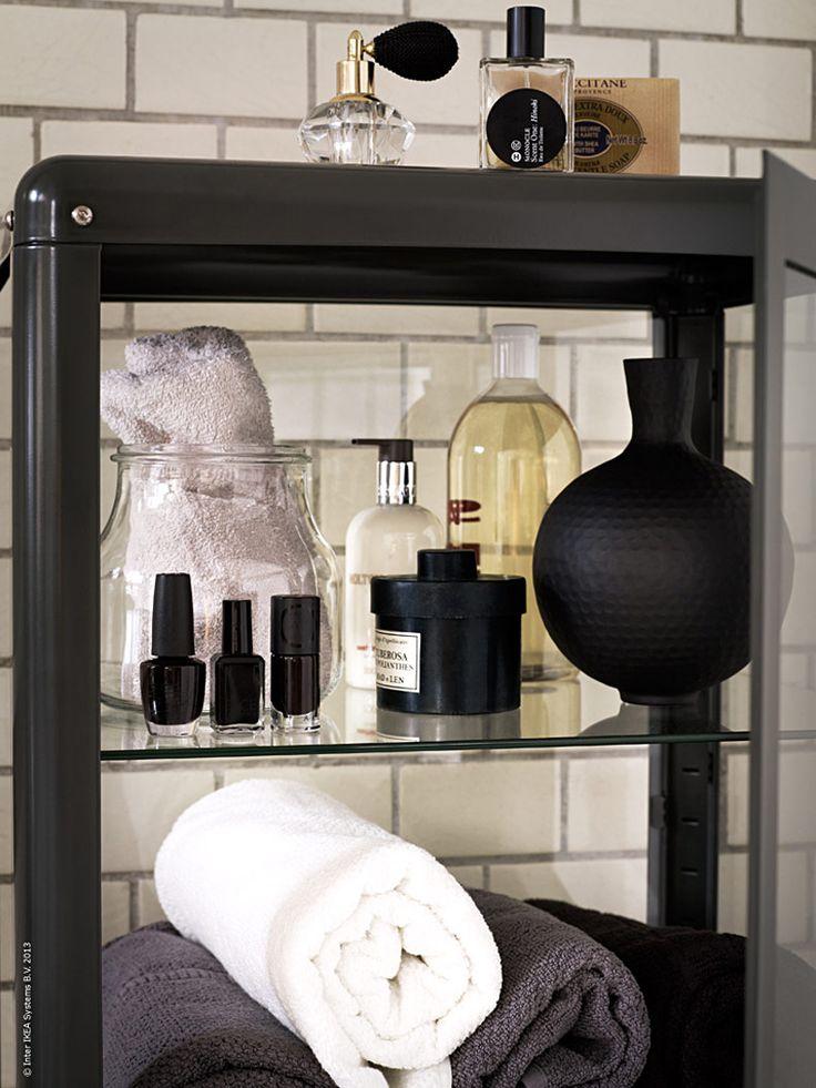 Att ha rikligt med förvaringsutrymme i badrummet är härligt. I FABRIKÖR vitrinskåp får alla sköna handdukar, tre nyanser av svart nagellack,tvålar, krämer och allt annat som behövs plats. Med sin nostalgiska design,mörkgråfärg och glas åt alla håll blir den lätt en favorit.