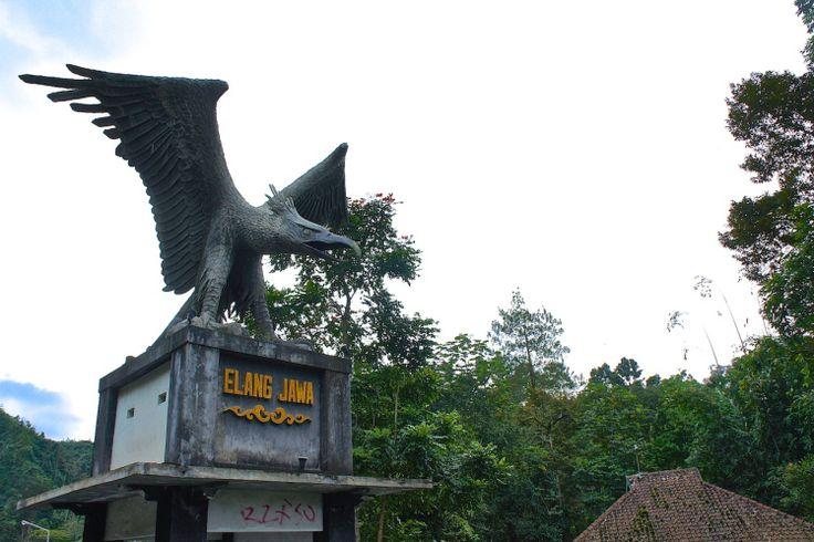 Jawa.  остров Ява в Индонезии.    Gunung Merapi.   Вулкан Мерапи.--->  Вот такая грозная Гаруда   (  गरुड    garuḍa  )  встречает на въезде к подножию Мерапи.