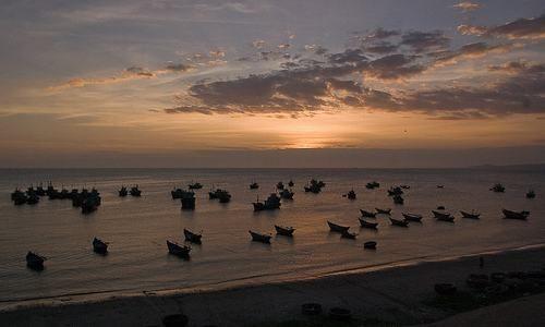 Barcos de pesca en playa de Mui Ne, Phan Thiet, Binh Thuan, Vietnam