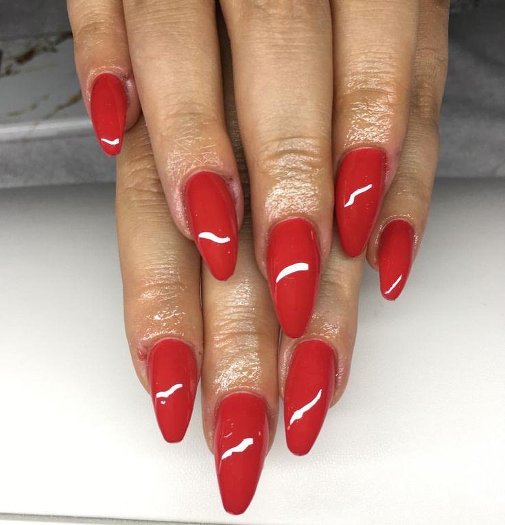 Mandelformade (sår sen innan) #nailsforqueens1 #luxurynails #gelenaglar #gelnails#manicure #pedicure #essi #opi #stockholm #sverige#sweden #bloppis #nagelteknolog #nailart #nailswag #nagelbitare #akrylnaglar #naglar #pink#white #classy #video #tumblr #inspo #inspiration#tutorial #nails #nailie