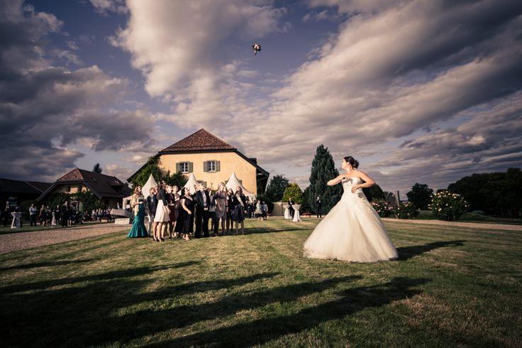 Lancer du bouquet de la mariée dans les jardins des Portes des Iris