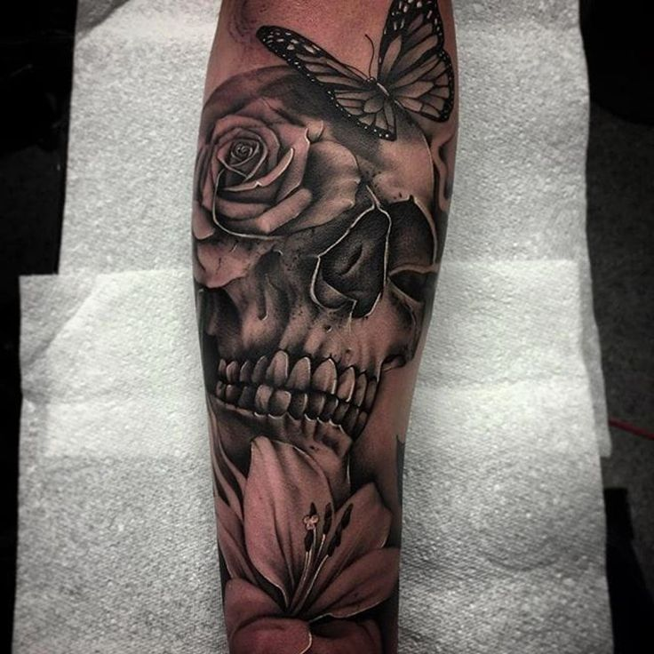 Schädel, Schmetterling und Blume Tätowierung von Bobby Loveridge @bobbalicious_tattoo #schwarz #schwarzgrau #churchyardtattoostudio #uk #skull #butterfly #flower