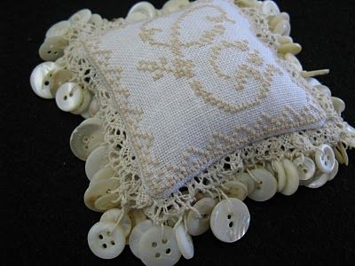 ... love the button edging!: Crafty Buttons, Big Buttons, Button Crafts, Button Ideas, Pillows Pincushions, Embroidery