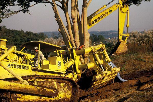 MITSUBISHI TMS08による運土作業 南多摩新都市開発本部関係資料/当館蔵 CAT D9Hと特殊アタッチメントによる樹木移植工事 photo 大石武朗氏撮影・提供
