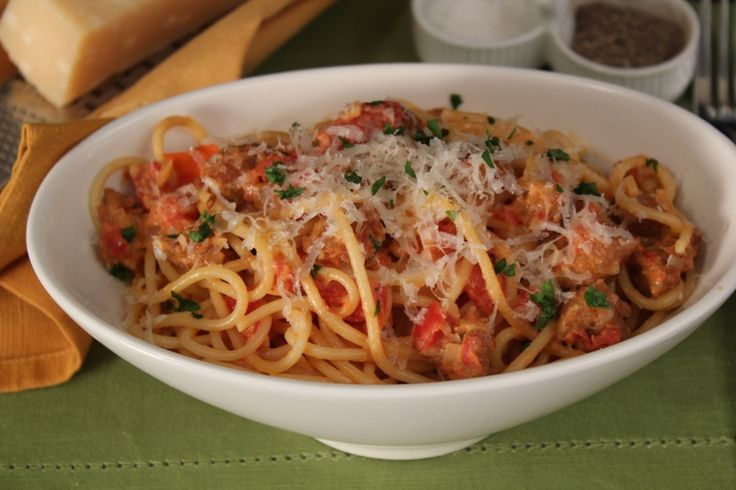 Gli spaghetti alla salsiccia si preparano recuperando la pasta della salsiccia e rosolandola in padella con l'olio unendo poi i pomodori mentre a par...