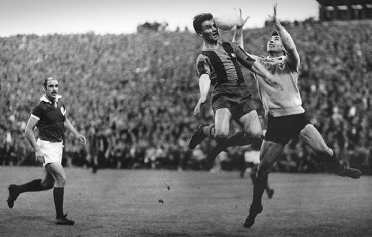 """Costa Pereira e Santana em ação na final da Taça dos Campeões Europeus (1960/61), no """"Wankdorf"""" de Berna."""