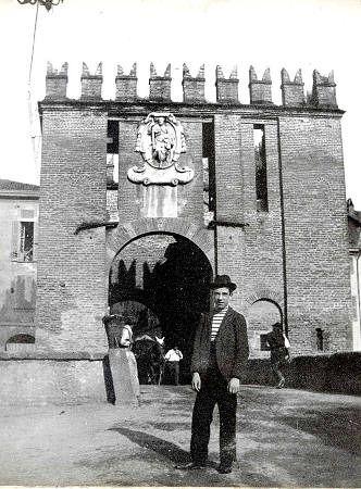 Porta de' Gradi da Vecchia Monza. Viene conservata la lapide e la statua di San Giacomo protettore dei cappellai