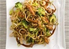 Japanse noedels met broccoli , prei en cashewnoten