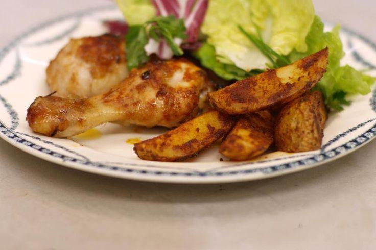 Kip met sla en aardappelen zijn een winnaarstrio. Jeroen maakt een combinatie van smakelijke 'drumsticks' - de kuiten van de kip -, met pittige partjes aardappel – wedges, op z'n Engels - en een gemengde groene sla. Ideaal voor wie graag peuzelt aan zo'n lekker stukje kip en tegelijk houdt van een beetje pit in z'n bord.
