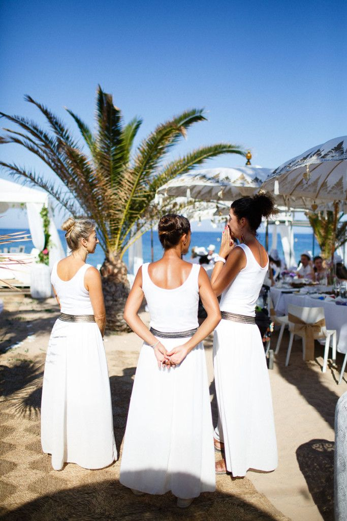 Camareras De Espalda En La Siesta Jávea Vestidos De Novia Playa Boda Boda En La Playa