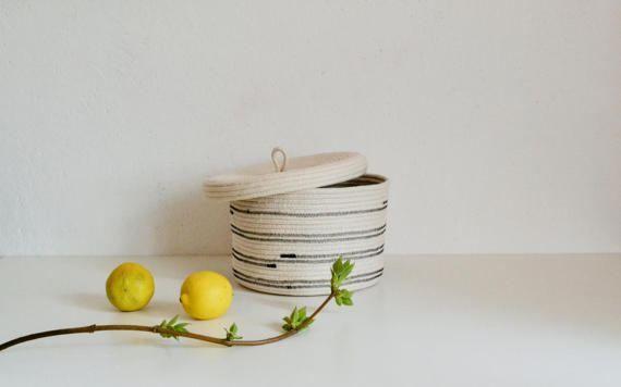 ^^ Korte natuurlijke witte opslag mand met deksel is gemaakt van katoen touw door Zig zag steek manier.  Deze mand is ^^ perfect voor: -opslag sieraden -opslag uw sleutels en kleine staven -zeep en shampoo in de badkamer -opslag van groenten en fruit -serveren van brood -vele anderen ^^ Afmetingen; Doorsnede - 20 cm (7.8 inch) Hoogte - 15 cm (5.8 inch) ↑ Zorg: ter plaatse schoon met water en zeep, of handwas zachtjes.  Verzendkosten: 8-10 werkdagen levertijd, luchtpost met een…