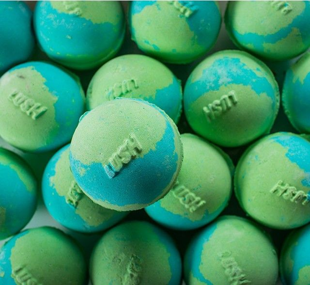 Lush World Piece Bath Bomb The world is in your hands. Relax in an oasis of calm as your bath water turns a serene, azure-turquoise and the fresh, sweet scent of peppermint and uplifting tangerine oils envelop you.