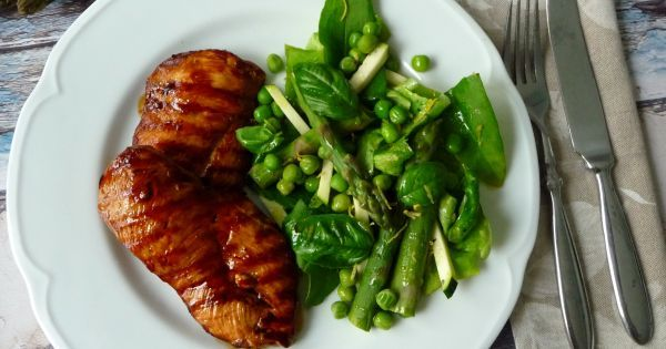 Grillowany kurczak słodko-kwaśny z dodatkiem sosu sojowego. Spróbuj!
