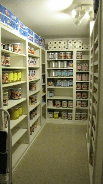 I'd love to have a big pantry like this!! So organized!! Love it!!