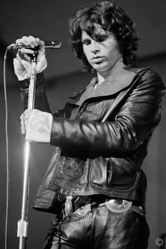 Outro ícone de rebeldia juvenil é Jim Morison, com o seu cabelo desgrenhado, comprido (uma das tendências da rebelida juvenil nos anos 70), e uma atitude rebelde, revoltada e destrutiva.