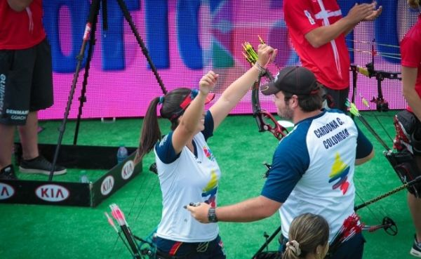 Sara López y Camilo Cardona, campeones mundiales juvenil de tiro con arco compuesto en equipos mixtos en el 2015.