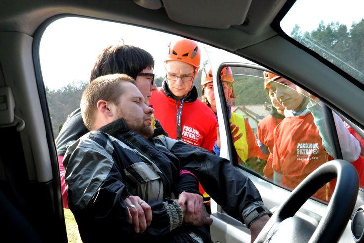 Nauka wyciągnia osoby poszkodowanej z samochodu po wypadku należy do stałych elementów naszych szkoleń I stopnia Pokojowego Patrolu.