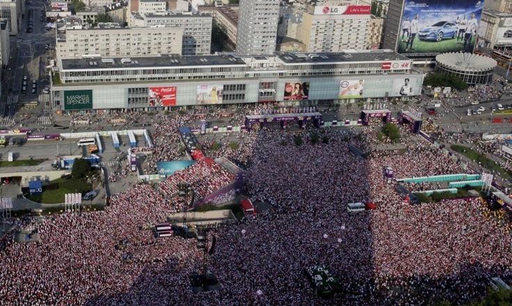 Tłumy kibiców w centrum Warszawy. Na Placu Defilad było około 80 tysięcy osób, które dopingowały polską druzynę. To największa strefa kibica w kraju.