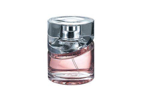 Hugo Boss Intense is een warm en sensueel parfum, bestaande uit vanille, orchidee, Turkse roos, jasmijn, zwarte en rode peper, patchouli, amber, eikenmos, sandelhout en muskus bepalen de geur. is een perfect parfum voor de ware verleidster!