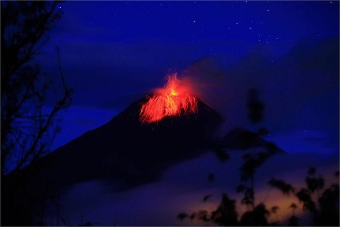 Lava e cenere - L'attività del vulcano Tungurahua a Huambalo, in Ecuador. (Jose Jacome/EPA/ANSA)