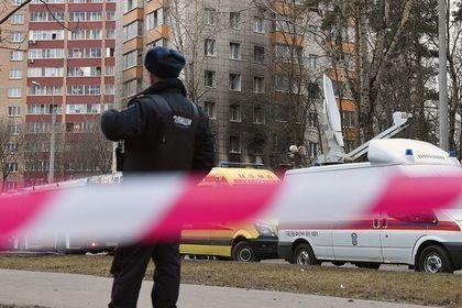 Неизвестные застрелили двоих полицейских в Астрахани       В Астрахани неизвестные застрелили двоих полицейских, приехавших на оформление ДТП. Подозреваемых четверо, они могут передвигаться на автомобиле «Газель», машина объявлена в розыск. Убитые — сотрудники правоохранительных органов в званиях лейтенант и старший лейтенант полиции, у одного из них остались двое детей.