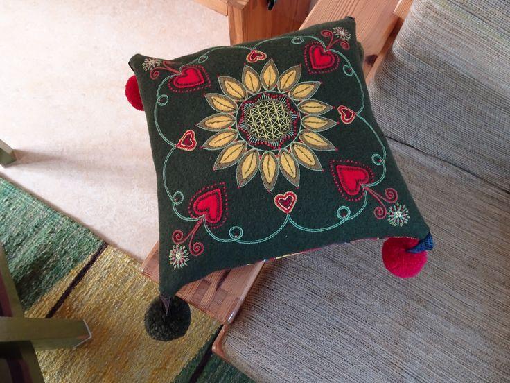 kussen zelf gemaakt tijdens de cursus wol op wol borduren van Carina Olsson