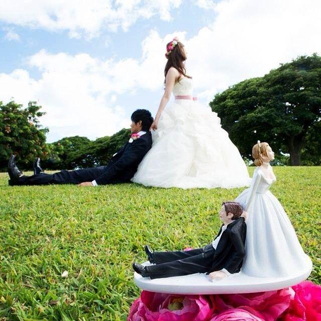 ケーキトッパーと一緒のポーズで撮るウェディングフォトが可愛い! 結婚写真結婚式
