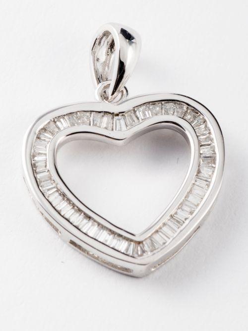 Ciondolo in oro bianco 18 kt a forma di cuore con baguette kt 0,22 colore G VVs1