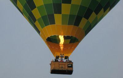 BALON CU AER CALD - EuZbor.ro sustinut de FlightBooster.com Dacă vrei să te bucuri de zbor în una dintre cele mai pure și romantice forme, atunci trebuie să încerci balonul cu aer cald! » Află mai multe