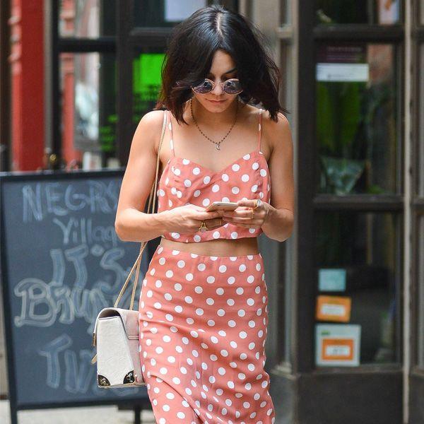 Vanessa Hidgens com top cropped + saia de cintura alta com estampa de bolinhas.