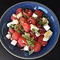 Des billes de pastèque, des cubes de féta, un filet d'huile d'olive et du basilic...
