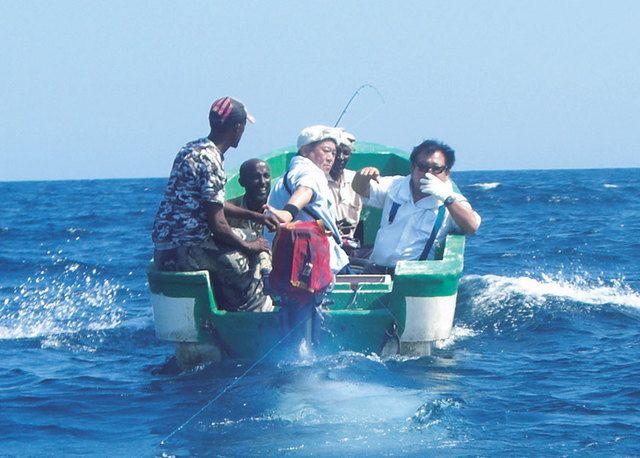 索馬利亞海盜被壽司連鎖店壽司三昧(すしざんまい,Sushi Zanmai)老闆木村清消滅 - 他將漁船借給海盜,教導他們捕捉金槍魚的技術、幫忙安裝冷凍倉庫,並協助索馬利亞加盟IOTC。他也向海盜承諾,將收購捕獲的金槍魚,讓他們的生計及銷路獲得確保。