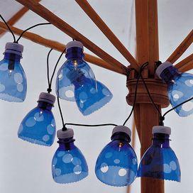 Dopo aver praticato un foro sul tappo della bottiglia, inserisci attraverso i buchi una fila di lucine led: puoi appendere la decorazione fai da te in giardino -  LEDs and PETs.