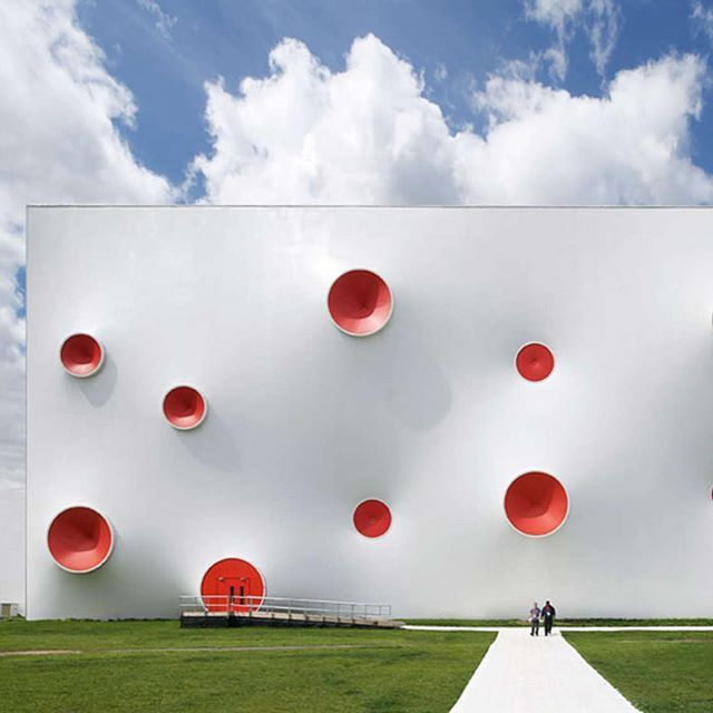 magma architecture realized this white-and-red dotted structure as the olympic shooting venue in london. colorful circular protrusions act as tension nodes to support the membrane. 🔴⚪️🔴 image by hufton+crow⠀ ⠀ see more #architecture on #designboom