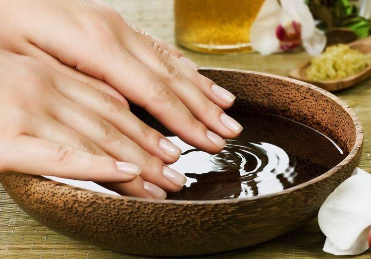 Domowa pielęgnacja dłoni i paznokci kąpiel w oliwie