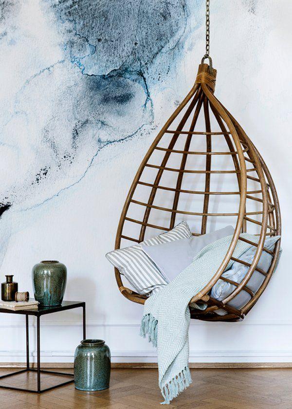 Un fauteuil suspendu chez Broste Copenhagen. En forme de goutte, ce large fauteuil suspendu est idéal pour instaurer un style scandinave aux influences bohèmes, le fauteuil permet de gagner de la place par sa mobilité et par le fait qu'il est fixé au plafond. On penserait à l'installer dans le salon sans réfléchir, alors qu'il prendrait tout aussi bien place sur une terrasse, dans un large couloir et pourquoi pas dans la chambre pour aménager un coin lecture reposant.