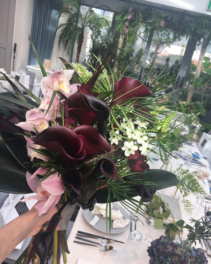 . 挙式、披露宴ブーケ① . ぎりぎりまで悩んだ1着目ブーケ 2着目はドライでお願いしていたため、1着目はどうしても生花のみのブーケが持ちたかったのです そして小花より大きな花が好みなわたし☺️ 可愛い<<<かっこよく! &2着目ブーケとは違う形がもちたーい! という条件つき . でも会場やドレスや好みにぜーんぶ合うものが分からず 何度かチェンジしてもらってたどり着いたこちら . 美しいピンクのシンビジウムとかっこいいボルドーのカラーと薔薇花を混ぜることなくセパレートにしたのがポイント . 綺麗でかっこよくてあまり見かけない感じのブーケがよかったのでとても気に入ってます。 . 当日じっくり見る余裕なかったからか白いお花を混ぜてくれてたのに終わって写真見返して気づきました そしてこの写真拡大して見たら持ち手のところにブルーベリーみたいな小さい粒がついてる✨ 気づかなかったー . こちらは生花なのでボトルブーケお願いしました☺️ #wedding #bridal #wedding bouquet #flower #flowers #ウェディング #...