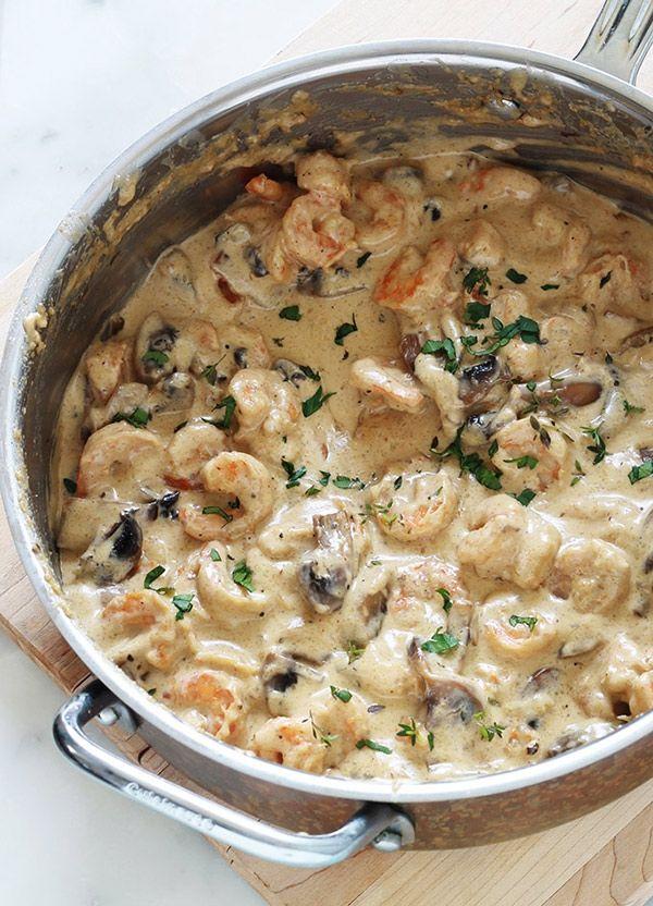 Crevettes sauce à la crème avec du fromage et des champignons. Un plat facile et rapide : prêt en 15 minutes. Crevettes, ail, échalote, crème, bouillon, parmesan, champignons.Délicieux avec des pâtes, des pommes de terre (vapeur ou en purée) et autres légumes selon votre goût.
