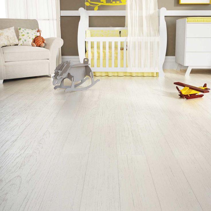 O piso vinílico é prático na instalação, na manutenção e na limpeza. Garante muito conforto e possui alta durabilidade, já que, pode ser lavado.