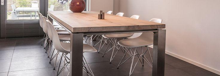 Inox frame met zwevend eiken tafelblad