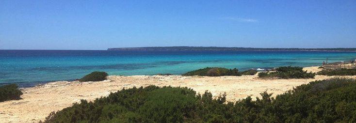 La splendida spiaggia di Migjorn è uno sfondo idilliaco per nozze poco convenzionali. Magari anche a piedi nudi!