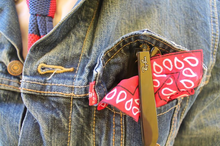 Ray Ban, Cropped Bandana,Levis Trucker jacket, Knit tie.