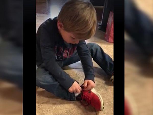 El truco de este niño para atarse las zapatillas es tan simple y efectivo que está arrasando en la Red... ¿Aún no lo has visto