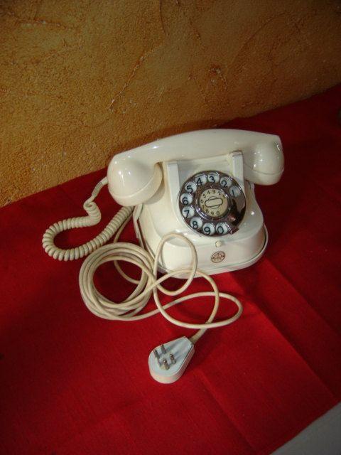 Alte belgische Marke FRTT Telefon. Metall und Bakelit. Altes Telefon von Belgien. Jahrgang.