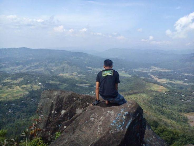 Pemandangan dari puncak Gunung Mendelem, Pemalang, Jawa Tengah.