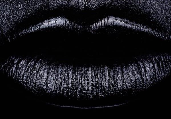 je hebt de rondige lijnen van de lippen en de verticale lijnen die in de lippen staan