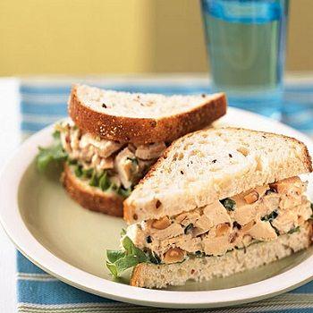Сэндвич с курицей, салатом и миндалем