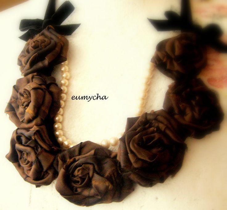 Brązowe róże  Róże z resztek tkanin, bardzo lubię robić taką biżuterię. Można zrobić taki naszyjnik z każdego kawałka tkaniny, dopasować do każdej kreacji. www.robotkowyswiatmychy.blogspot.com