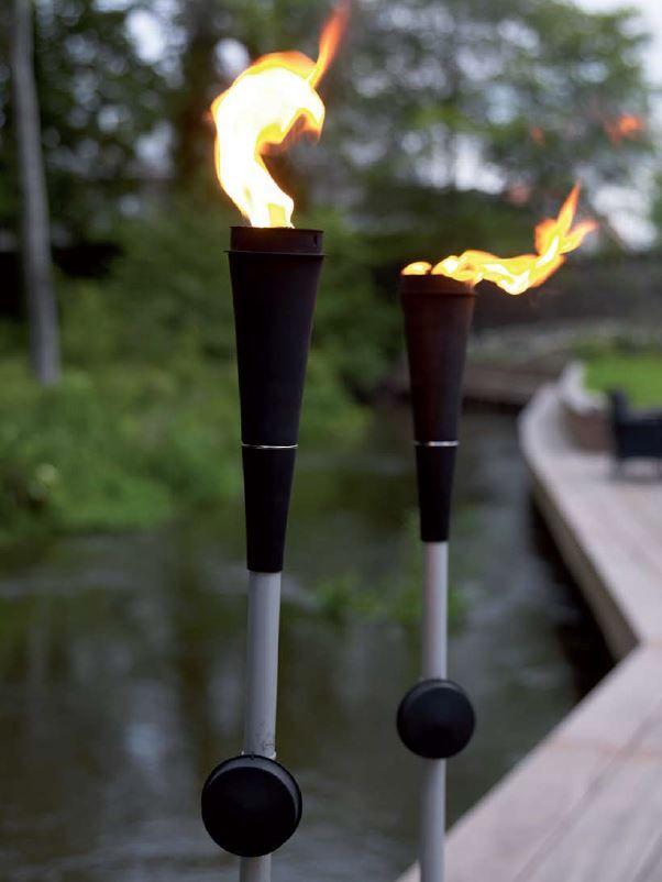 Gartenfackel aus Metall in schwarz-silber - Die Fackle wird mit Öl betrieben und kann mehrere Stunden lang brennen.